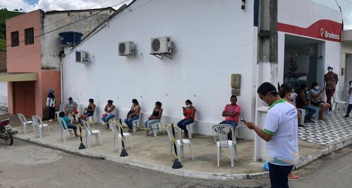 Secretaria de Saúde realiza desinfecção e ordenamento do distanciamento mínimo da população em Unidades Bancárias