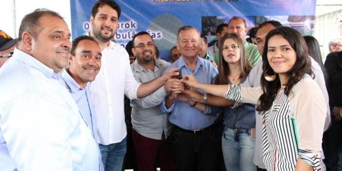 Prefeito Arthur Freitas entrega novos veículos e reforça a frota do município