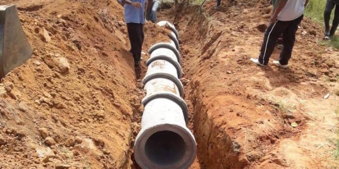 Prefeitura executa serviços de melhorias e instala novos bueiros em estrada de acesso ao Brejo Grande