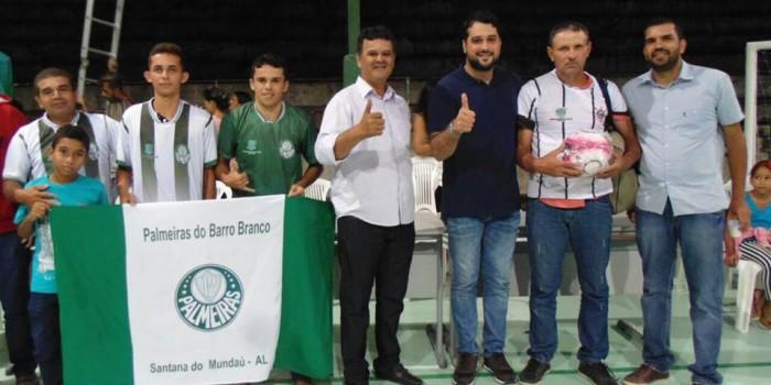 Prefeito Arthur Freitas realiza entrega de kits de uniformes aos atletas participantes da I Copa Mundaú