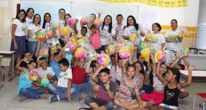 Educação distribui mais de dois mil brinquedos em comemoração ao Dia das Crianças