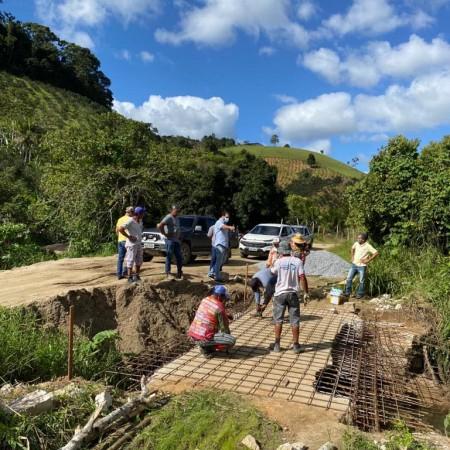 Prefeitura reconstrói e amplia largura de ponte na estrada principal da Ilha Grande