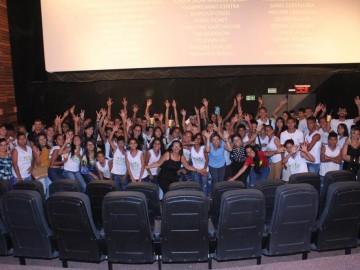 Semana das Crianças: Assistência Social leva cerca de 90 jovens ao cinema