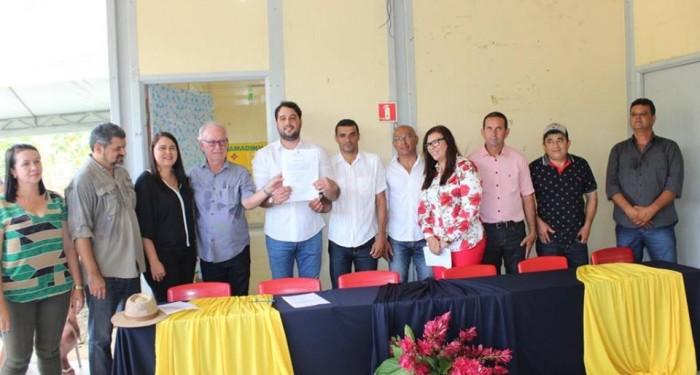 Prefeito Arthur Freitas assina ordem de serviço para reforma de seis escolas na zona rural