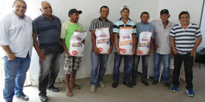Prefeitura distribui sementes e promove palestra para agricultores