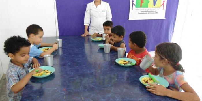 Criançada assistida pelo CRAS/SCFV recebe alimentação nutritiva e saborosa