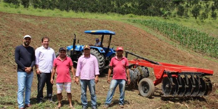 Prefeitura realiza trabalho de aração de terras para agricultores