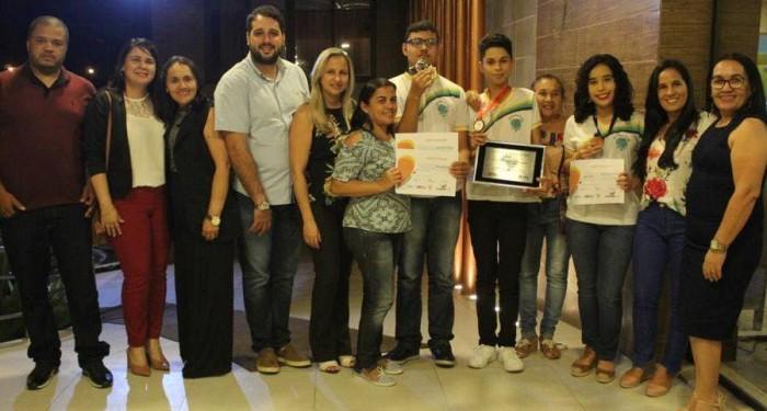 Alunos das Escolas Pequeno Príncipe e Monsenhor Clóvis recebem medalhas por destaque na Olimpíada Brasileira de Física