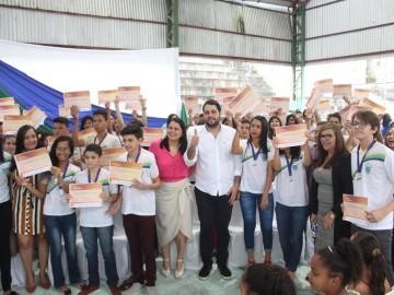 Prefeitura homenageia estudantes e profissionais da educação com grande festa