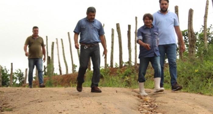 Prefeitura realiza rebaixamento na ladeira de acesso ao Sítio das Amoras