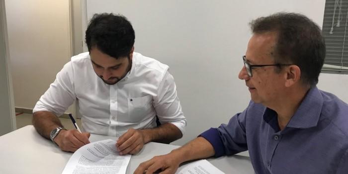 Prefeito Arthur Freitas assina convênio para pavimentação da Liinha