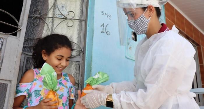 Assistência distribui ovos de chocolate para 300 crianças