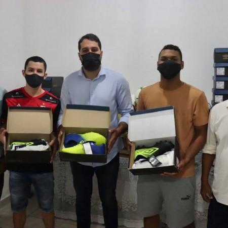 Prefeitura realiza entrega de uniformes e materiais esportivos