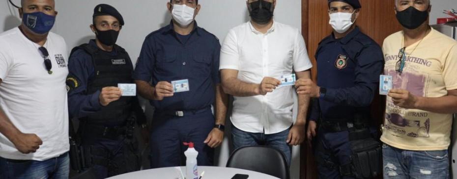 Prefeito Arthur Freitas entrega carteiras funcionais para guardas municipais