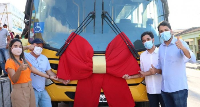 Prefeitura entrega 50 ar condicionados, ônibus escolar e novos fardamentos