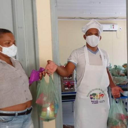 Educação segue realizando entrega de kits de gêneros alimentícios