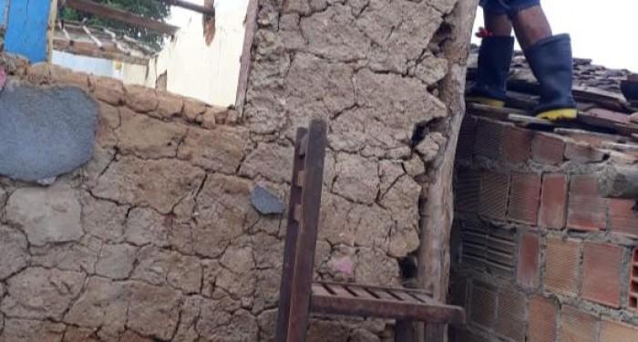 Casas em áreas de risco são demolidas pela prefeitura