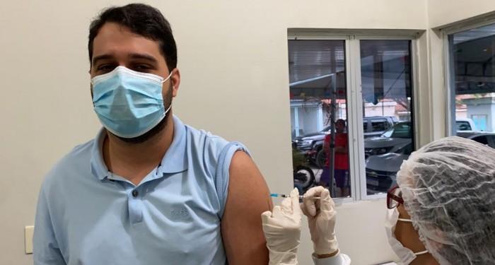 Prefeito recebe primeira dose contra Covid-19